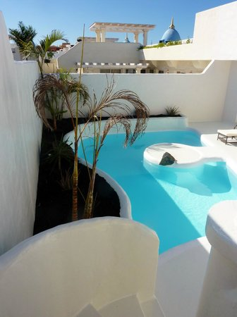 Katis Villas Boutique Fuerteventura: pool from the stairs up to rooftop