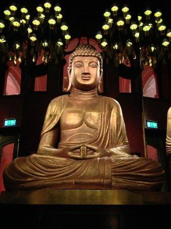 Buddha-Bar Hotel Budapest Klotild Palace: buddha dans le restaurant asiatique
