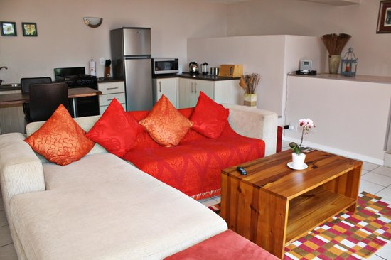 Fullham Lodge: Comfortable living area and fully equipped kitchen