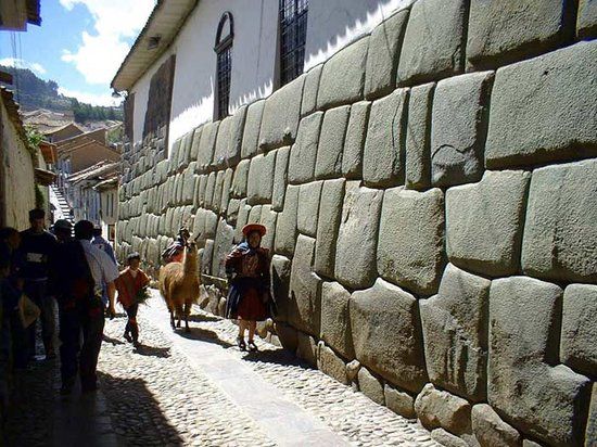 Inkatraces Day Tours: INKAN LADY AND LLAMA WALKING NEAR TO THE MAIN SQUARE...