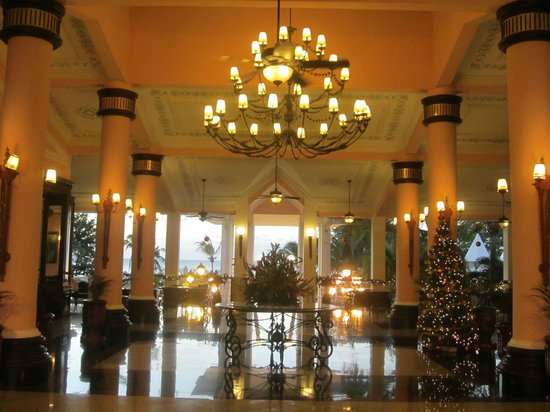 Hotel Riu Palace Tropical Bay: Riu lobby at Christmas.