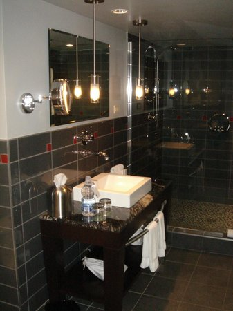 Le Place d'Armes Hotel & Suites: Executive Suite - Large Bathroom
