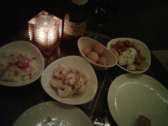 La Tasca: Tapas: Arroz meloso (con langosta), camarones al ajillo, croquetas de jamón y pollo y patatas br