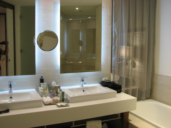 Hilton Puerto Vallarta Resort: Ultra-Modern Bathroom Design