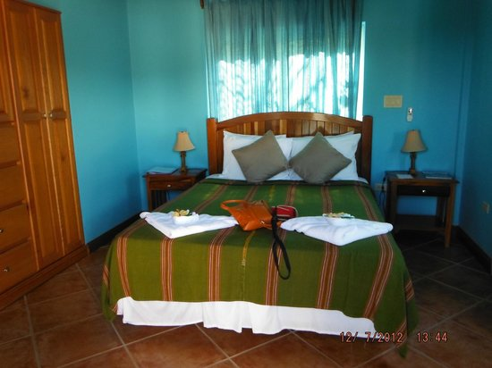 Laru Beya Resort & Villas: Not huge but spotless, modern bathroom, coffee machine and fridge