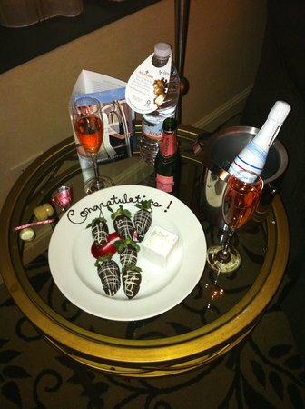 Omni Charlotte Hotel: Chocolate Strawberries & Champagne