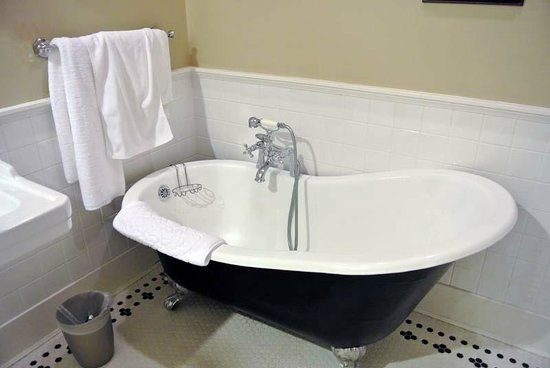 Rosewood Victoria Inn: Sweet bath on paws :)