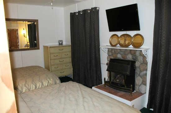The Motor Lodge: room 5, bedroom, tv, fireplace