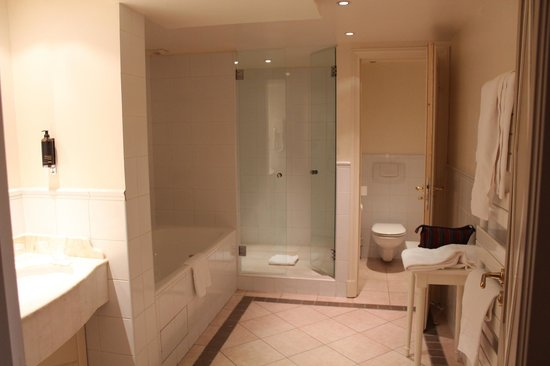 Hotel Brighton - Esprit de France: Massive bathroom