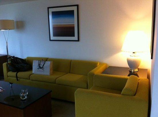 Fairmont Singapore: Lounge area, old funiture