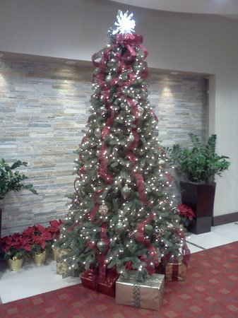 Red Lion Hotel Anaheim Resort: Hotel lobby decorated for the season