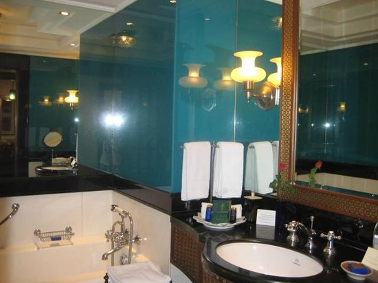 The Oberoi Amarvilas: bathroom