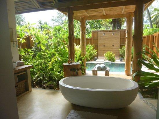 Desroches Island : Private bath room off villa