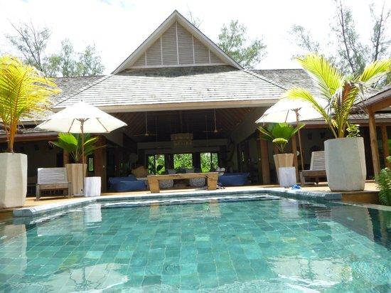 Desroches Island : Front of villa