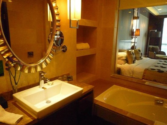 Golden Eagle Summit Hotel : Well appointed bathroom