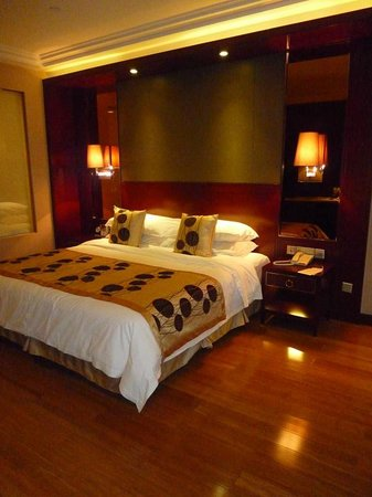 Golden Eagle Summit Hotel : Comfortable bedding with pillow menu