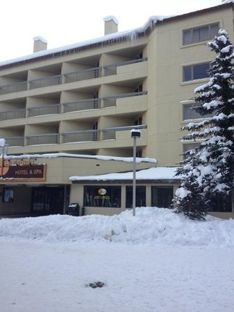 The Elevation Hotel & Spa: hotel entrance to ski area