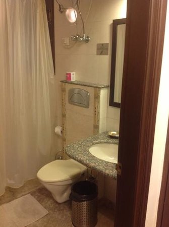 Shanti Home: very clean bathroom with fresh towels everyday