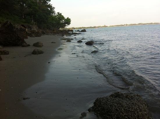 หินสวยน้ำใส รีสอร์ท: บริเวณทะเลเดินไกลมาด