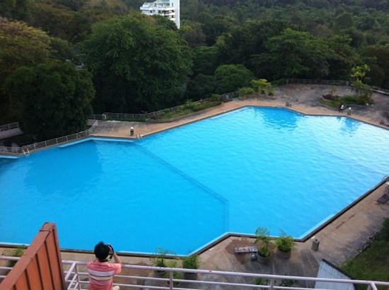 Hinsuay Namsai Resort Hotel : สระว่ายน้ำใหญ่มาก