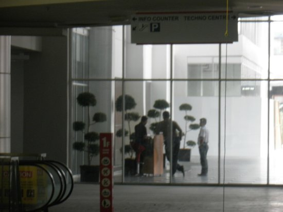ibis Styles Kuala Lumpur Fraser Business Park : ホテルの守衛さんだ!