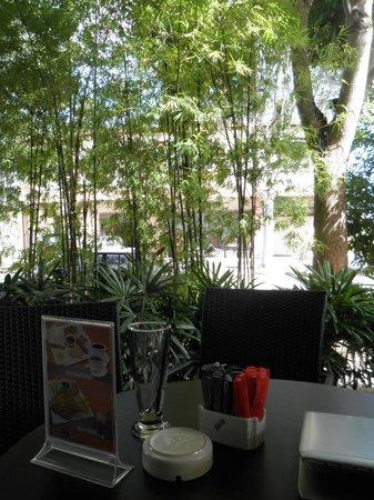 Sunflower Hotel Malacca: カフェの屋外席