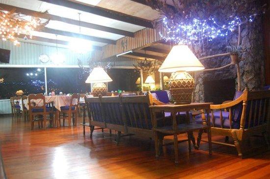 Inn Rocio: Lobby at night