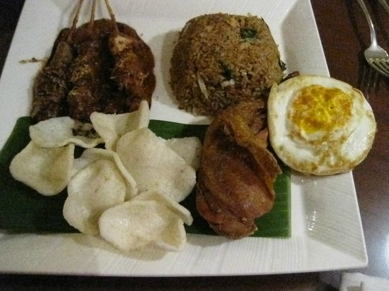 AYANA Midplaza JAKARTA: Nasi Goreng complete with fried egg, krupuk, 2 chicken satay, and a big of fried drumstick:) Lov