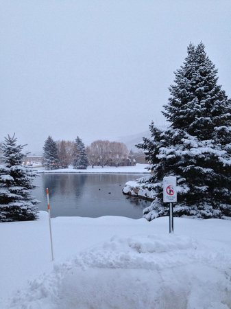 Hotel Park City: A lake out side the cottage