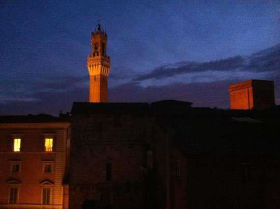 Hotel Centrale: La torre del Mangia dalla finestra della camera 37.