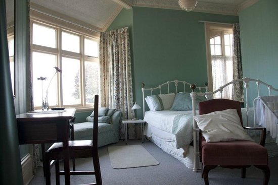 Highbrae Guesthouse: Old World charm in the Queen room
