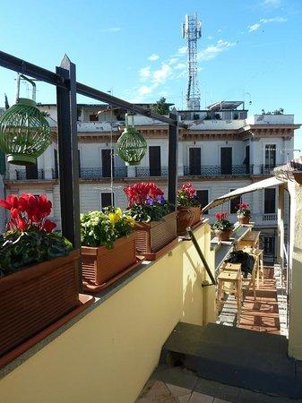 La Fenice: Côté de la terrasse menant à la petite salle à petit déj'