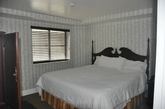 Carousel Inn and Suites: Main Bedroom
