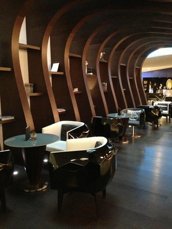 Le Meridien Hotel: The Bar/Lounge