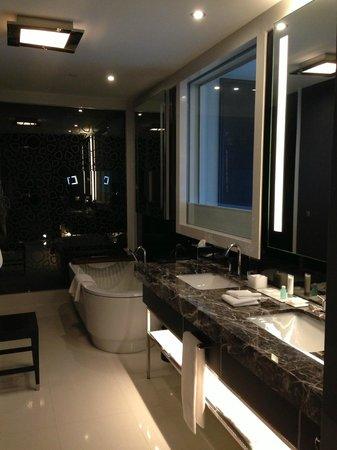 Le Meridien Istanbul Etiler: Spacious Bathroom