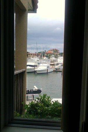 ذا إن آت كاماتشي هاربور: Looking out of the window by the bed 