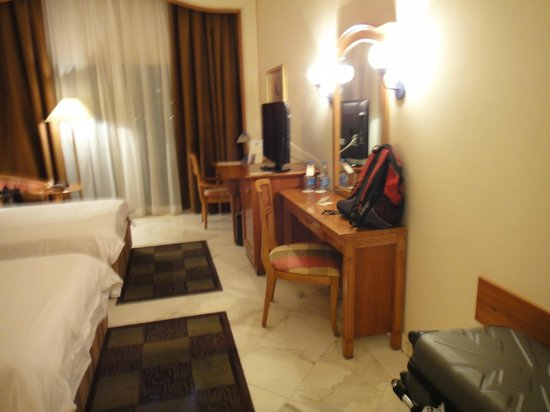 Movenpick Hotel Cairo-Media City: TV & Dresser