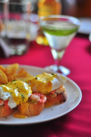 Hotel Bougainvillea - Granpa's Inn: Shrimps Benedicte and Chilli Martini