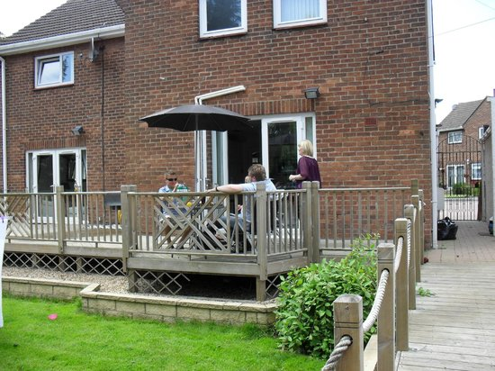 Three Bridges Bed & Breakfast: Decking area to the rear