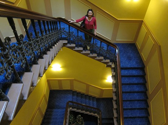 Treasury Hotel & Casino: Quiet, opulently carpeted wide stairs
