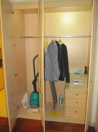 Green Court Serviced Apartment: Sufficient closet space; safe included