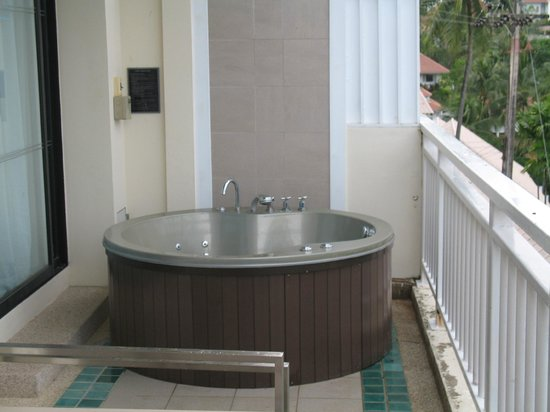 ‪‪Cape Panwa Hotel‬: Jacuzzi on balcony