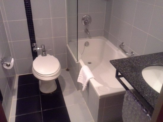 Narai Hotel: happy bathroom