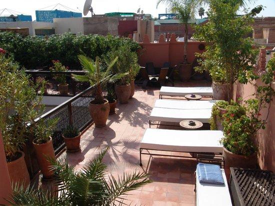 Riad Les Nuits de Marrakech: solarium transats