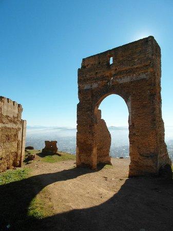 Tombe dei Merenidi : Archway overlooking Fes