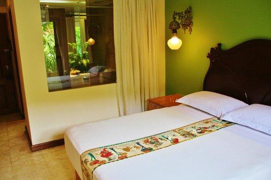 Hotel Tugu Malang : Looking from room into bathroom
