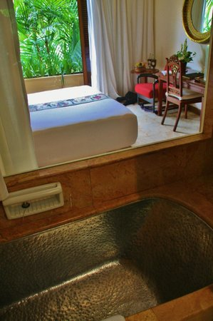 Hotel Tugu Malang : Looking out of the bathroom into the room