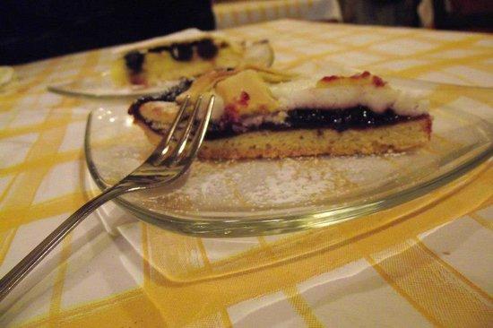 L'Archetto: Crostata ricotta e visciole e torta di crema e amarene