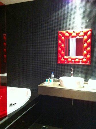 V Hotel: El lavabo y el jacuzzi