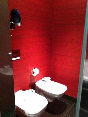 V Hotel : El baño